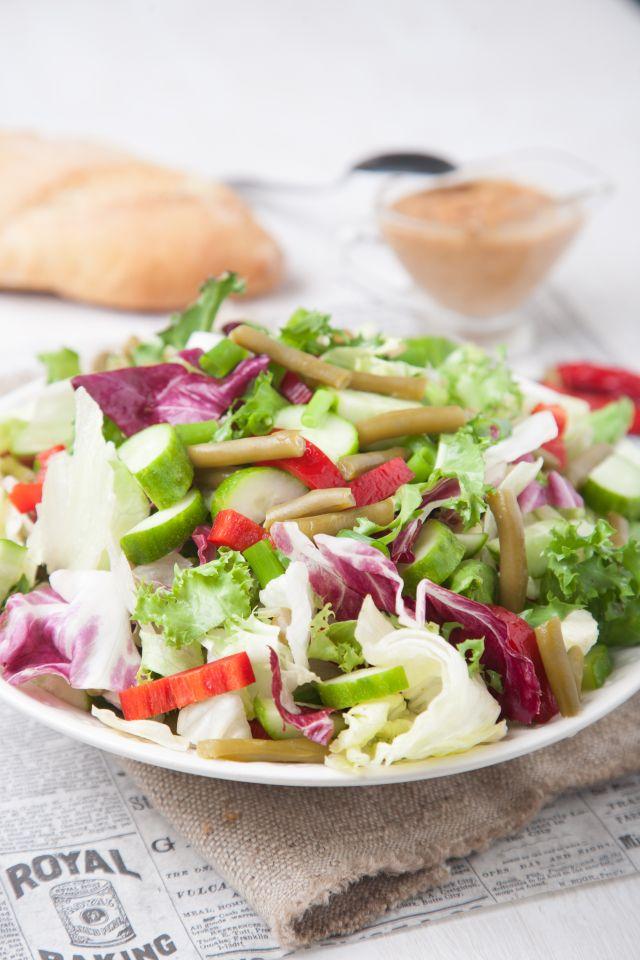 Хрупкава салата с фъстъчен дресинг – Рецепта
