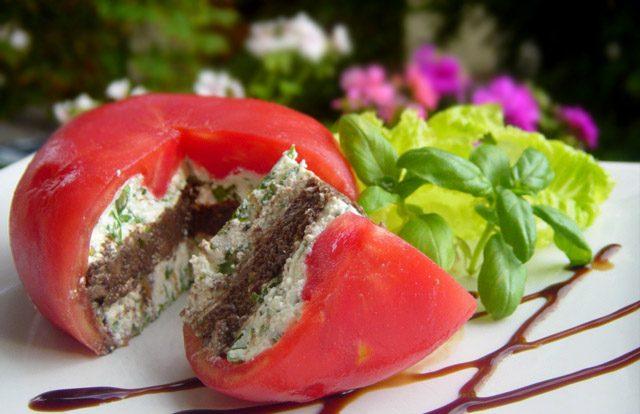 Пълнен домат с козе сирене и маслинена паста