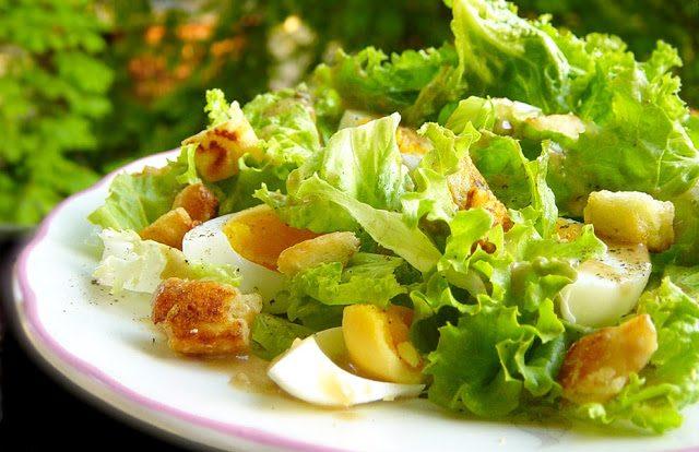 Зелена салата с пармезанови крутони