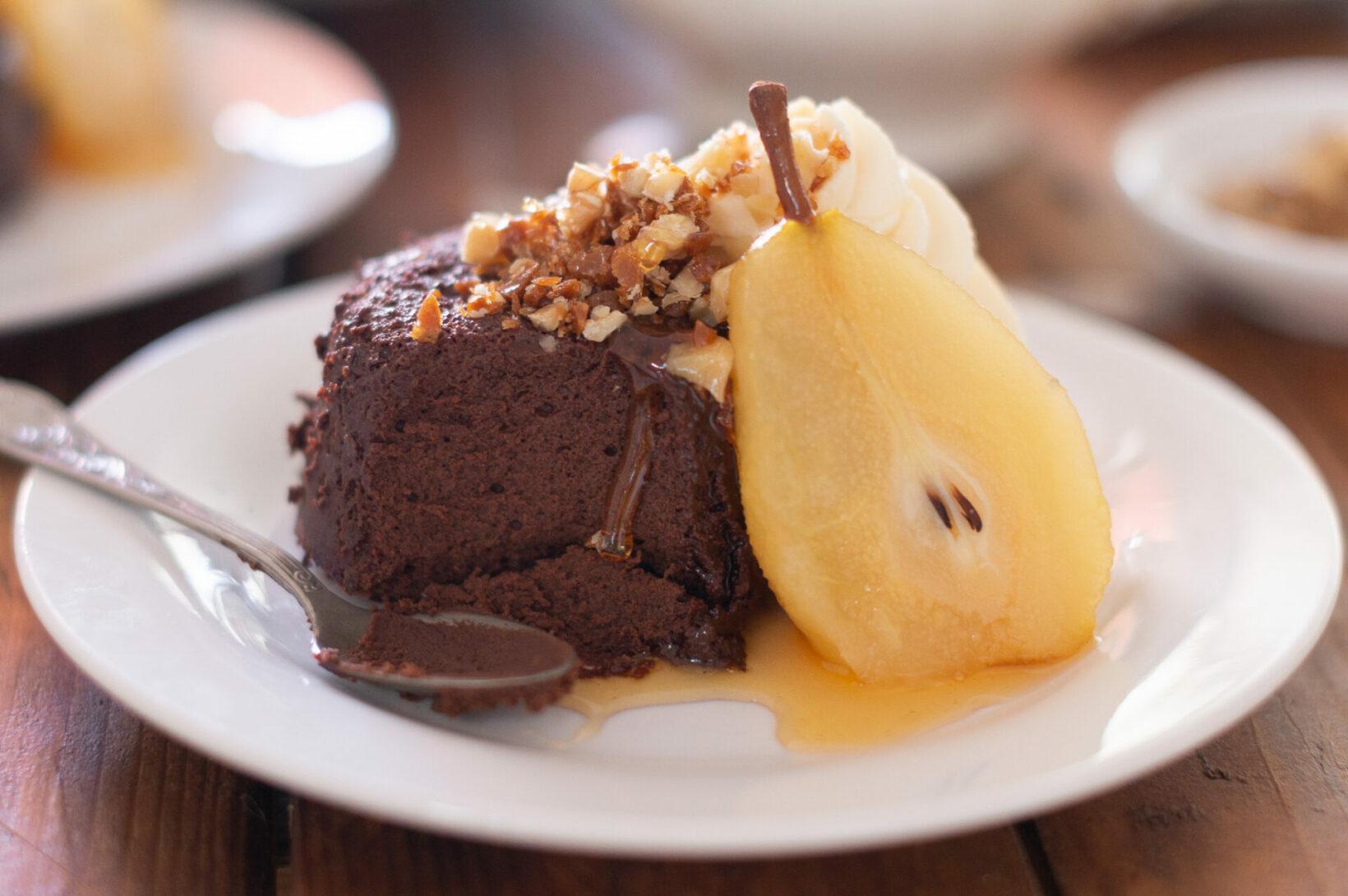 Шоколадов пудинг с поширани круши и орехов крокан