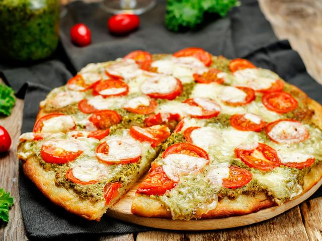 Богатата италианска кухня – Пица с песто и моцарела