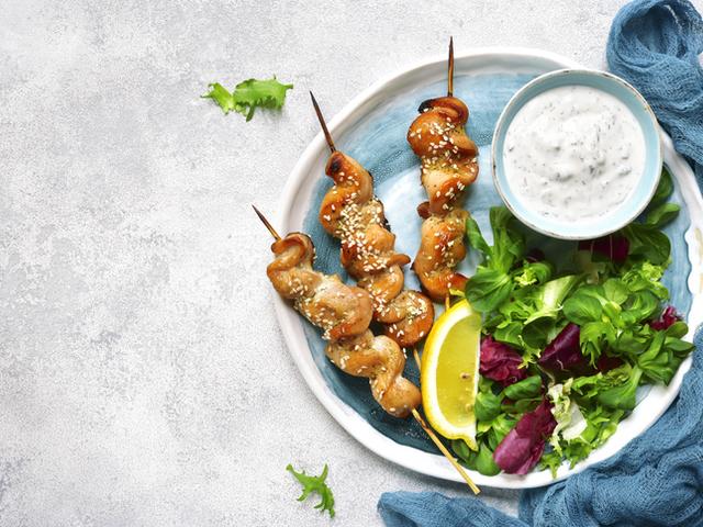 Ароматна Гръцка кухня : Пилешко сувлаки с Дзадзики