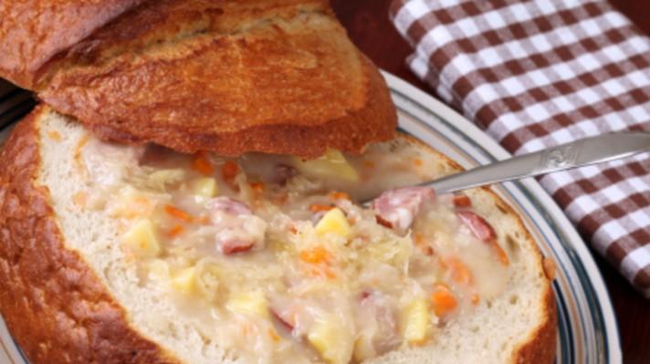 Супа с наденица и картофи в хлебче